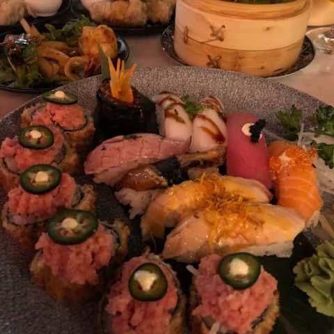 En halv tempurarulle och en blandad sushi – Bild från Wäng Izakaya av Adam L.