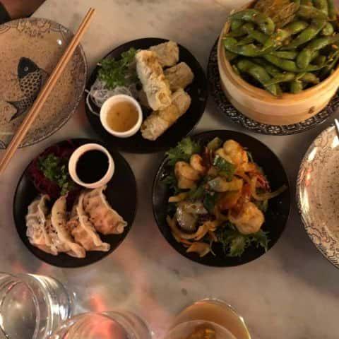 Edamame, vårrullar, dumplings och gambas – Bild från Wäng Izakaya av Adam L.