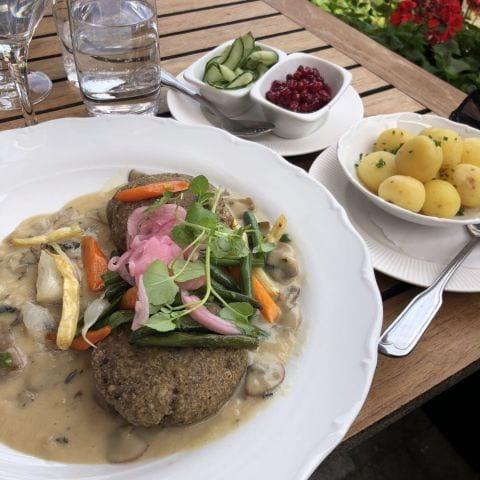 Veganbiffar med svampsås, potatis, lingon och pressgurka – Bild från Wärdshuset Ulla Winbladh av Sophie E.