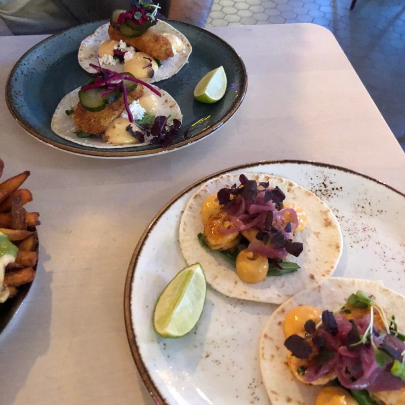 Baja Fisch Taco och La Bestia – Bild från Yuc Mexican av Louise F.